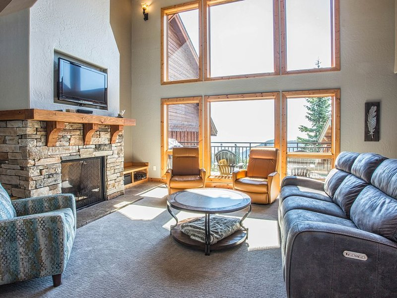 Schweitzer Mountain ski-in/ski-out townhome w/ private hot tub & lake view!, aluguéis de temporada em Sandpoint