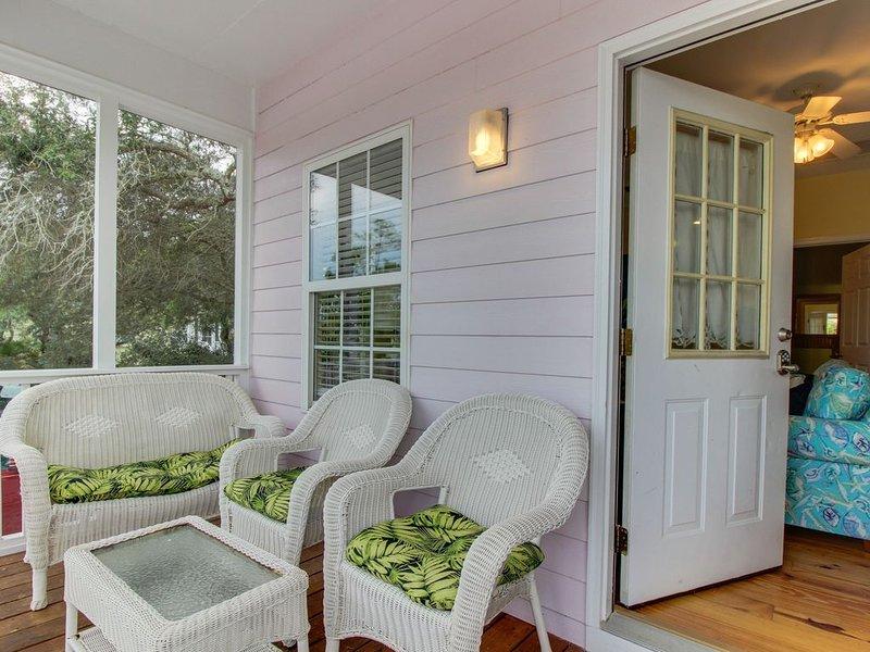 Charming cottage w/screen porch, shared pool/hot tub, walk to beach, location de vacances à Gulf Shores