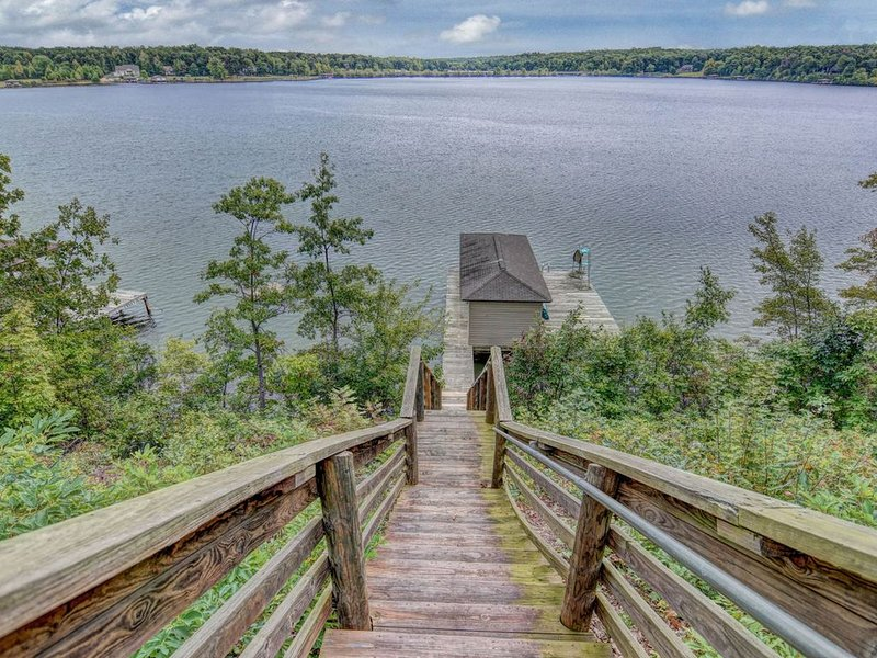 Lakefront home w/stunning views, deep water dock, firepit & canoe, holiday rental in Mineral