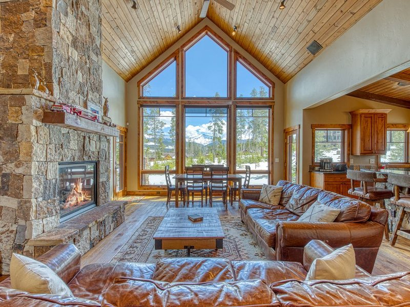 Gorgeous Rocky Mountain home w/ a full kitchen, shared tennis, & amazing views – semesterbostad i Winter Park