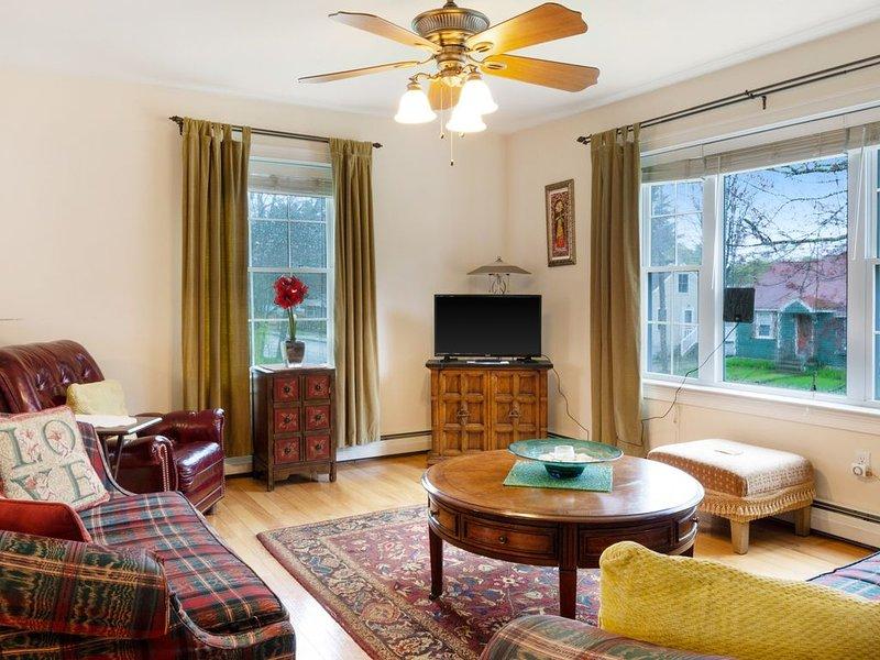 Charming family-friendly home with spacious deck - close to town/beach!, aluguéis de temporada em Ocean Park