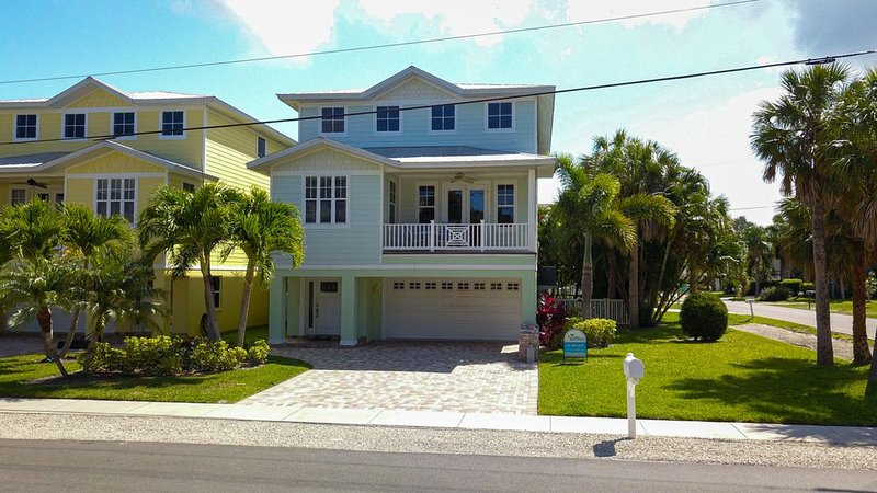All you need for your perfect vacation by the Beach Sleeps 8 with Heated Pool., vacation rental in Holmes Beach