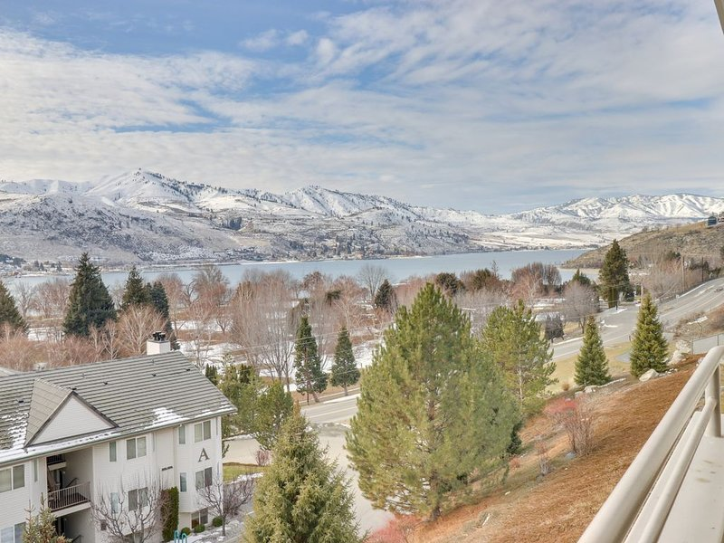 Lakeview condo across street from lake access w/ shared pool/hot tub!, aluguéis de temporada em Chelan