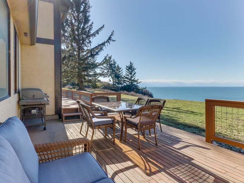 Large, family & dog friendly home w/ water view, sauna & WiFi!, vacation rental in Oak Harbor