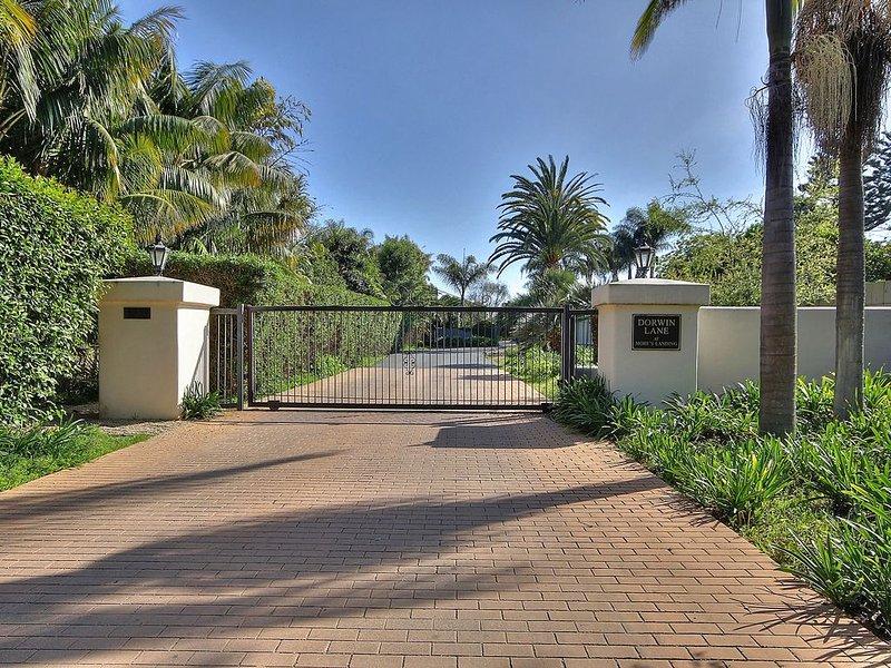 Reduced Rates! Retro Chic Beach House-gated,private, bluff top, ocean just below, casa vacanza a Goleta