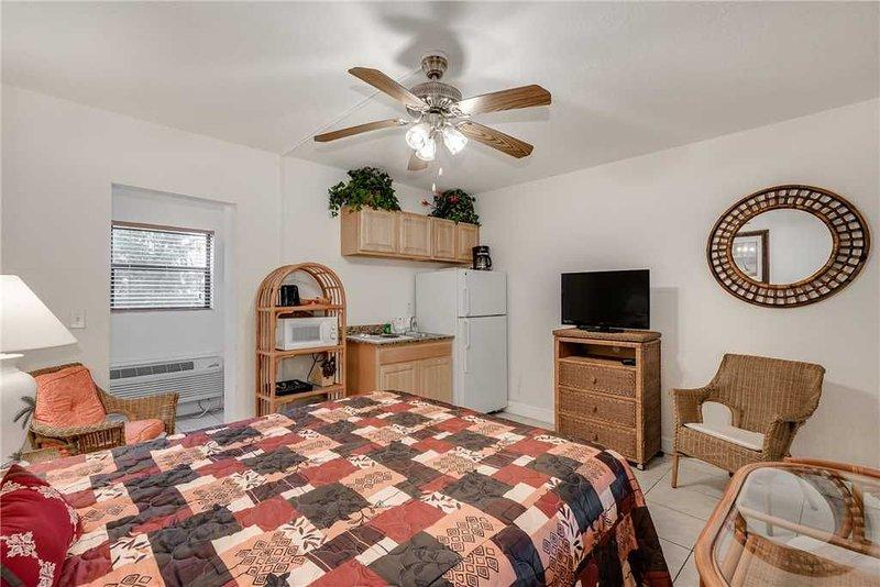 Royal Orleans 103, Studio, Heated Pool, WiFi, Sleeps 2, holiday rental in Redington Beach