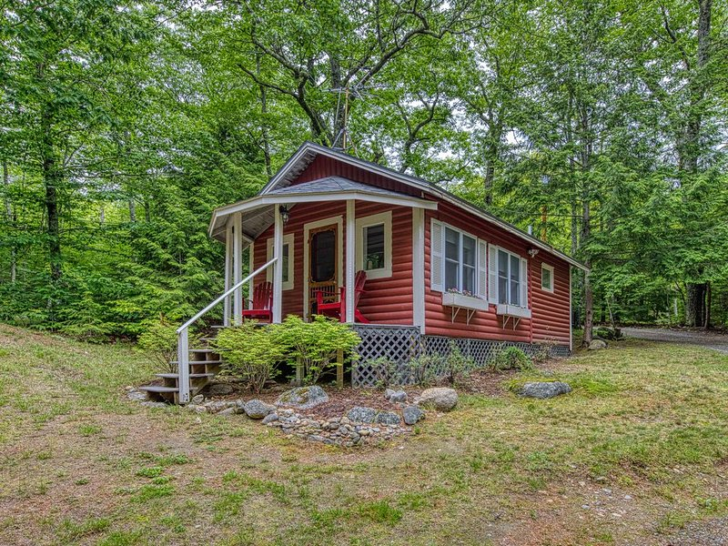 Updated lakefront cottage w/ shared grill & boat dock - near Acadia, location de vacances à Bucksport
