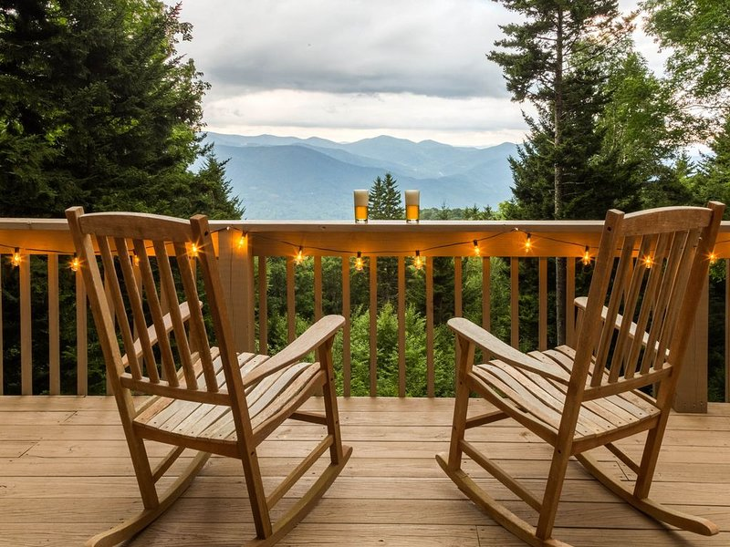 Pet-friendly cabin w/ hot tub & mountain views - fireplace and screened porch!, location de vacances à Sylva