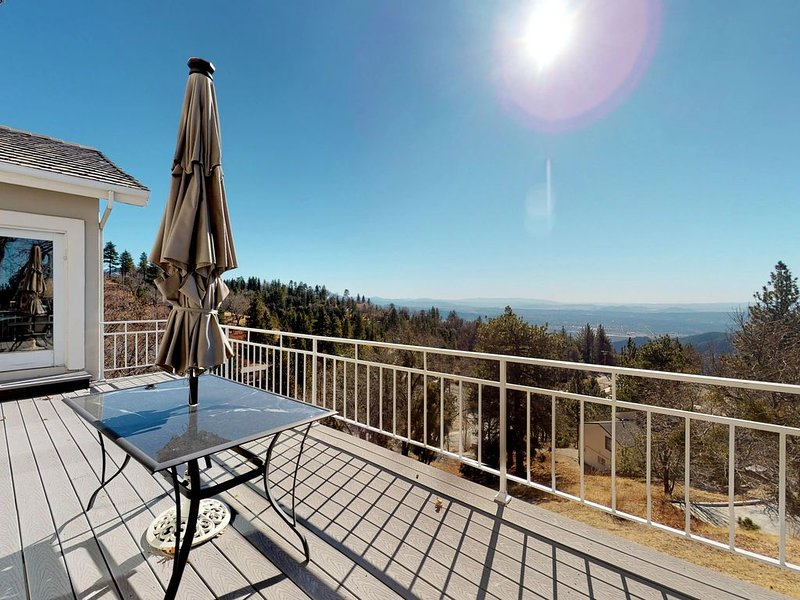 Spacious & Bright Home w/ a Large deck & Amazing, Panoramic Views!, vacation rental in Running Springs