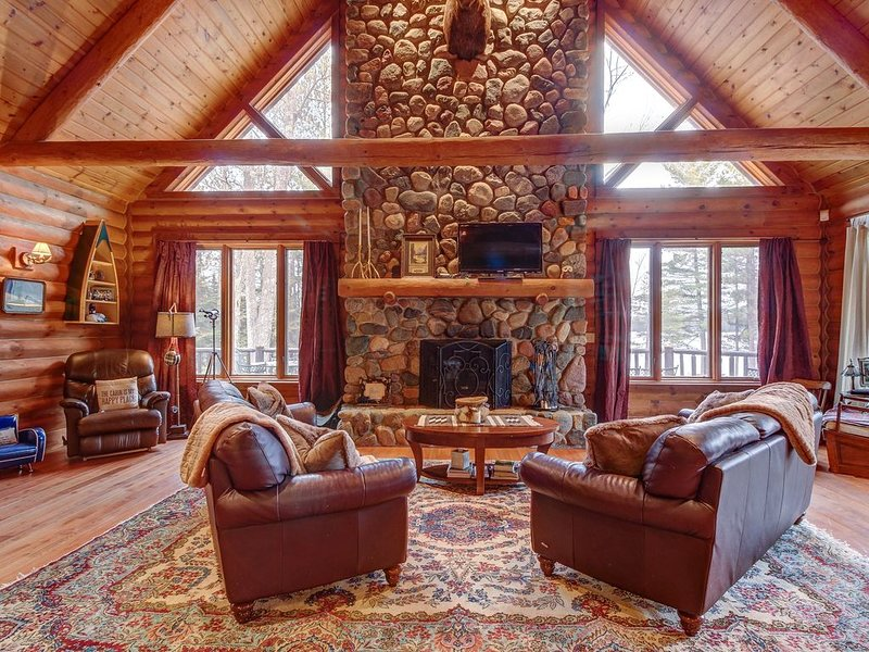 Gorgeous lakefront lodge w/dock, deck, game room & firepit, holiday rental in Three Lakes