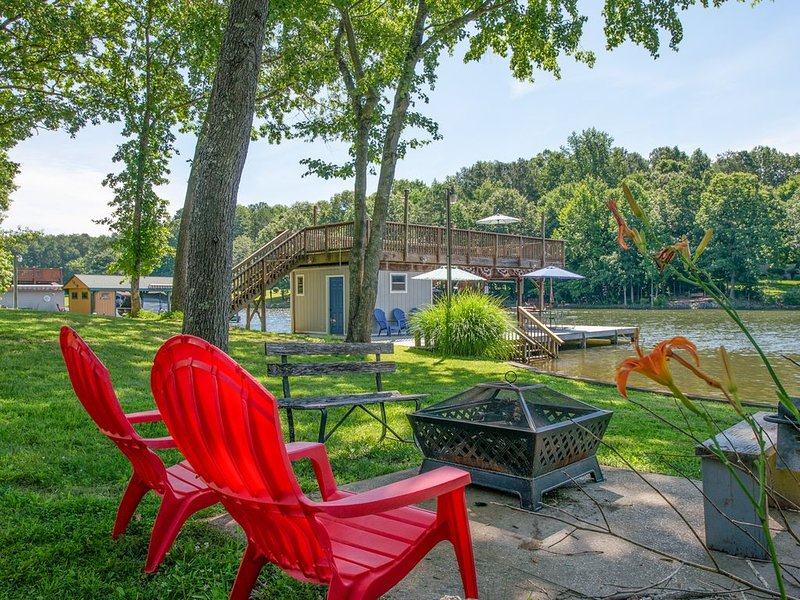 Lakefront family home in gated community w/swimming area & dock - dogs okay!, casa vacanza a Bumpass