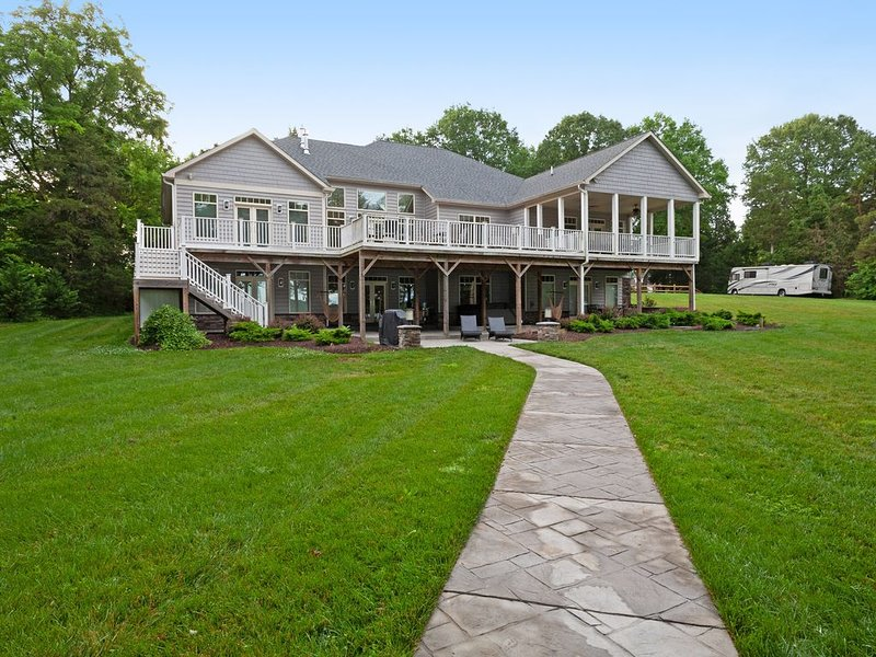 Newly constructed waterfront home w/ home theater, water slide, and more!, holiday rental in Locust Grove