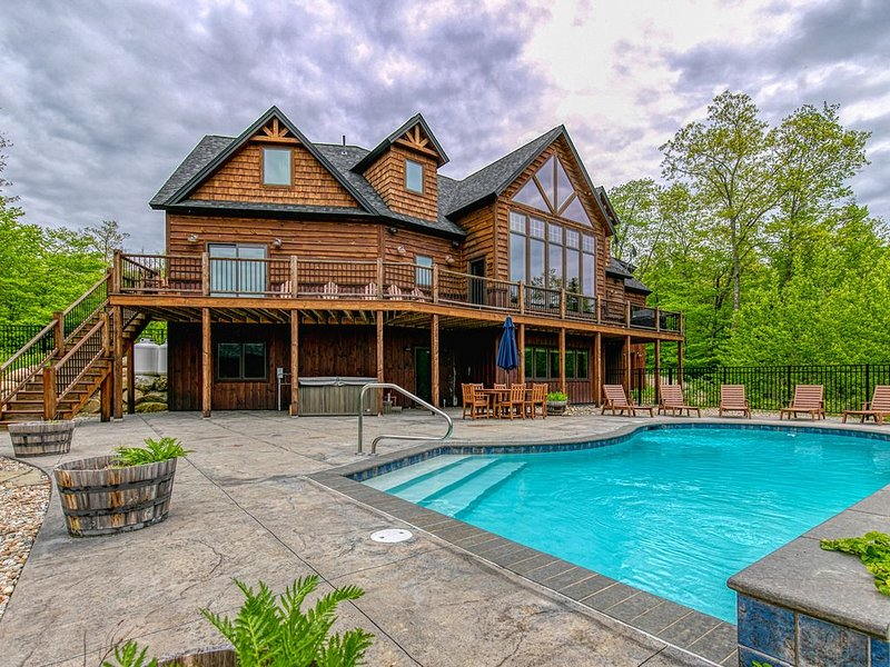 Stunning mountain view estate w/private pool/hot tub- near slopes, vacation rental in Andover