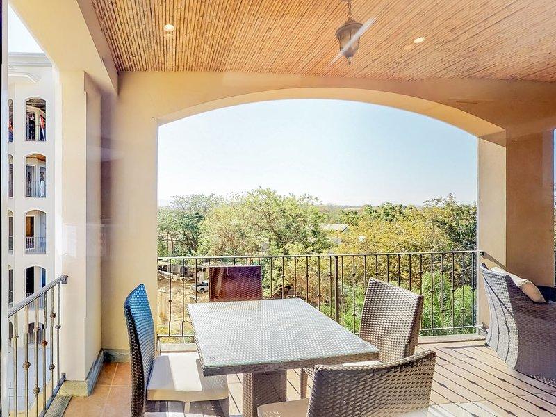 Resort apartment w/ shaded terrace and shared fitness room - 40 yds to beach!, aluguéis de temporada em Playa Langosta