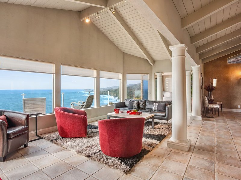 Spacious waterfront home w/ full kitchen, fireplace- amazing views!, casa vacanza a Gualala