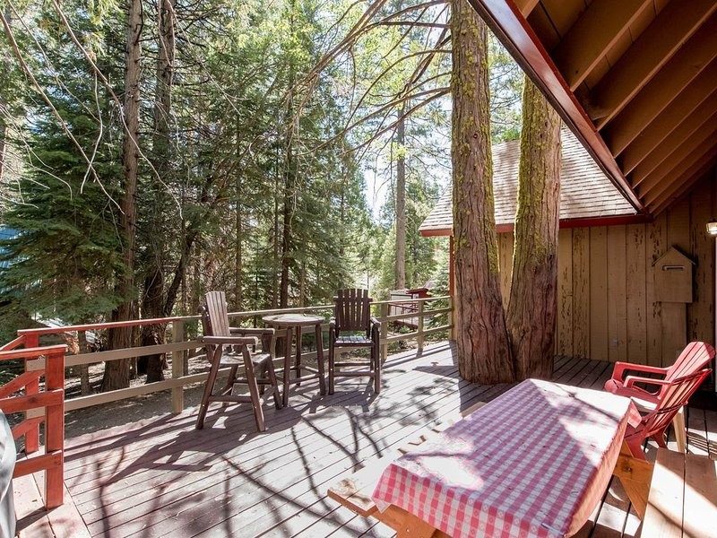 Cozy and authentic cabin in the forest with wood fireplace, walk to town!, holiday rental in Big Creek