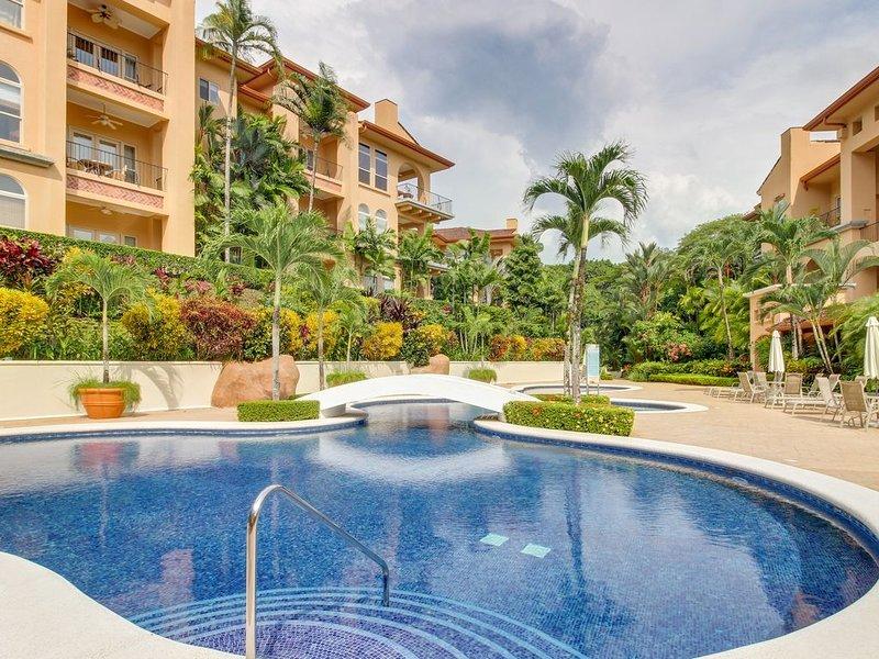 High-end condo in Los Suenos - close to golf,  beach club & marina, alquiler de vacaciones en Herradura