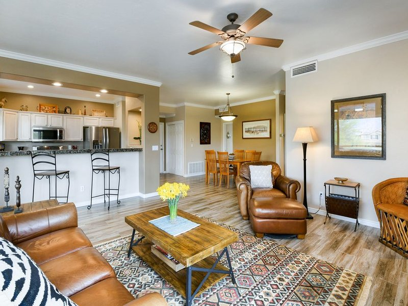 Beautiful Oro Valley condo with gorgeous views and shared pool & hot tub, location de vacances à Oro Valley