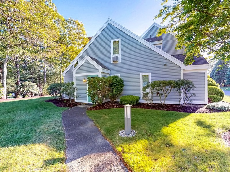 Adorable condo w/ patio, full kitchen, shared pool & hot tub-close to the water!, holiday rental in Brewster