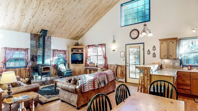 Dog-friendly cabin w/wood stove, hot tub & riverside firepit, vacation rental in South Fork