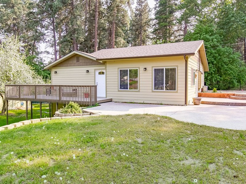 Quaint, 2-Story Home w/ Full Kitchen, Furnished Deck, Washer/Dryer - 2 Dogs OK!, holiday rental in Woods Bay