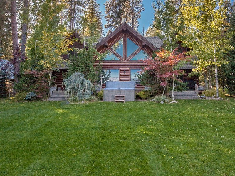 Lakefront true log home w/ private hot tub, dock & heated floors!, vacation rental in Kootenai