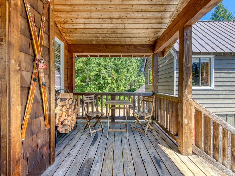 Warm & cozy cottage w/ a wood stove in a great Government Camp location!, holiday rental in Government Camp