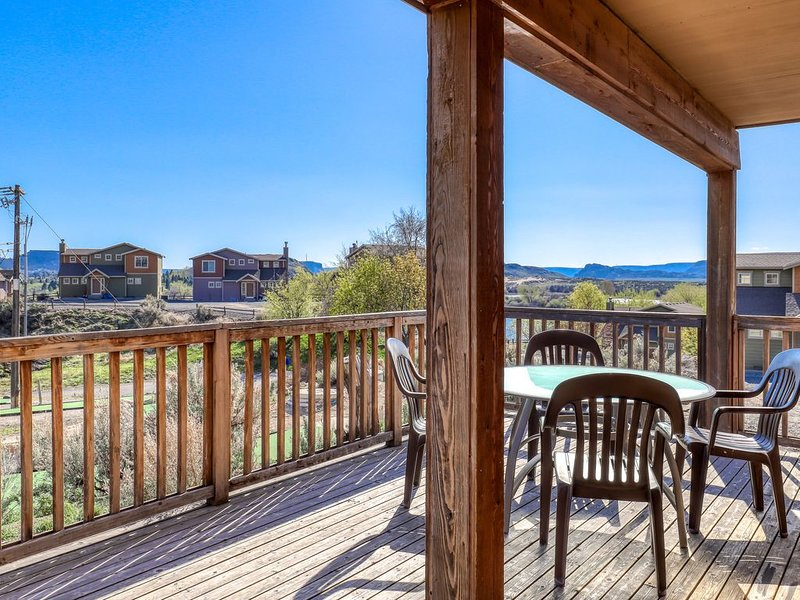Magnificent villa w/Banks Lake views, balcony, and fireplace, holiday rental in Electric City