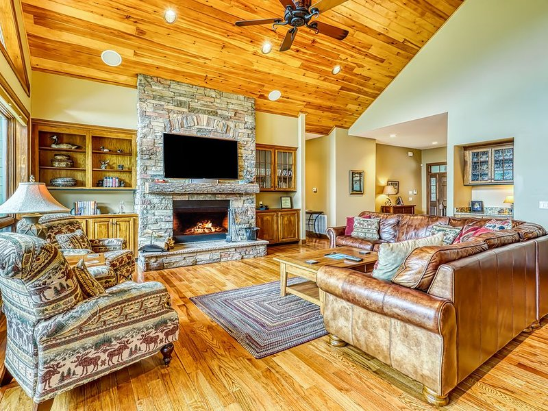 New listing! Luxury home on Sugar Mountain w/hot tub, game room, & large deck, holiday rental in Sugar Mountain