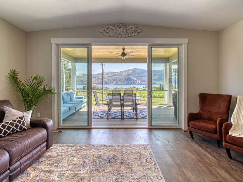 Luxurious home w/ a great lake view & spacious deck - near casino & town!, location de vacances à Pateros