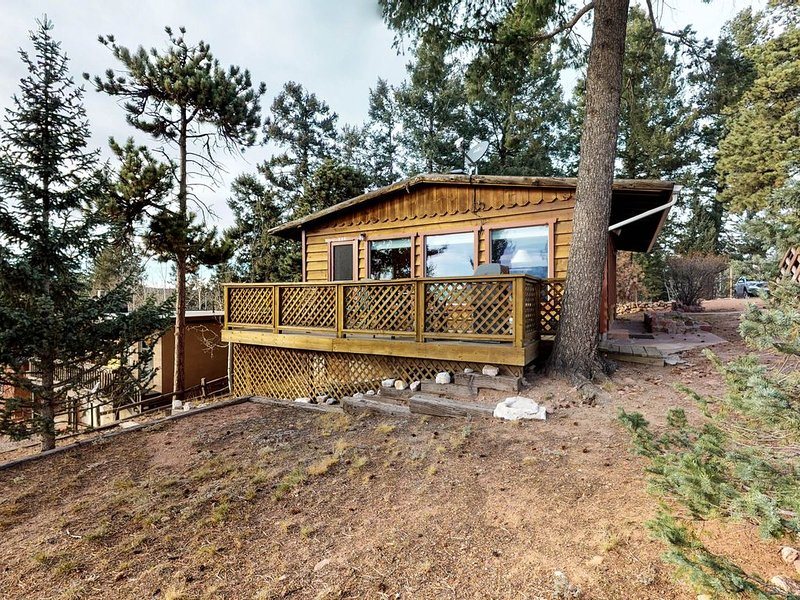Dog-friendly cabin w/ view of Pikes Peak, detached garage - walk to downtown, alquiler de vacaciones en Woodland Park