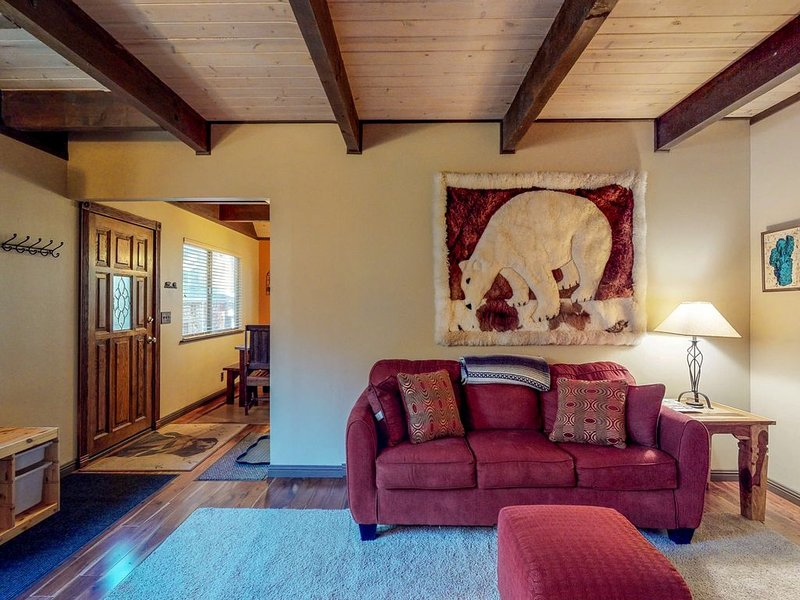 Comfortable cabin w/private, six-person hot tub-near lake & skiing, alquiler vacacional en Tahoe Vista