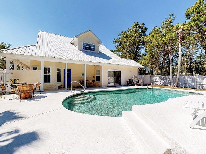 Lovely coastal home w/ full kitchen & outdoor pool - close to beaches/shopping!, alquiler de vacaciones en Ebro