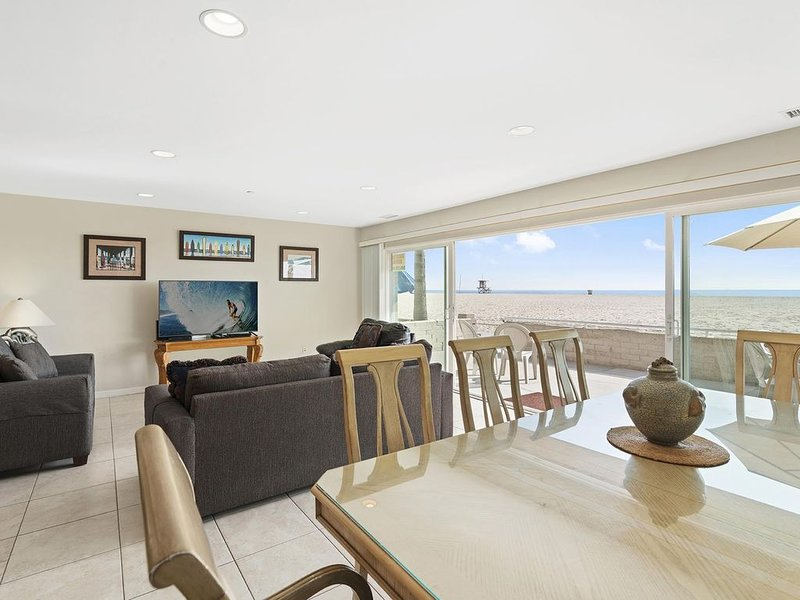 Immaculate Oceanfront Vacation Beach Home (lower unit), vacation rental in Newport Beach