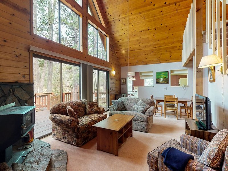 Charming mountain cabin w/shared pool, golf & more, near Yosemite!, vacation rental in Groveland