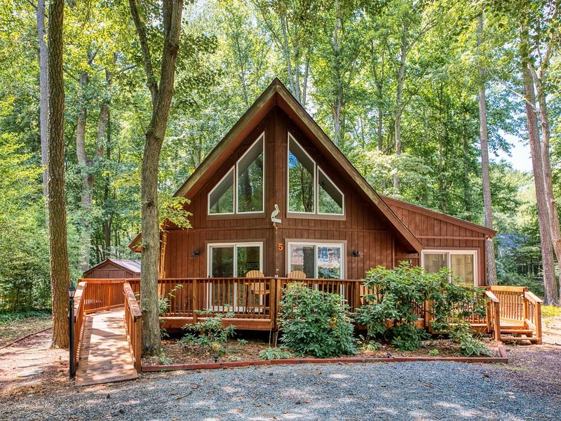 Family-friendly home on a wooded lot w/ a loft, deck, & fire pit, holiday rental in Ocean Pines