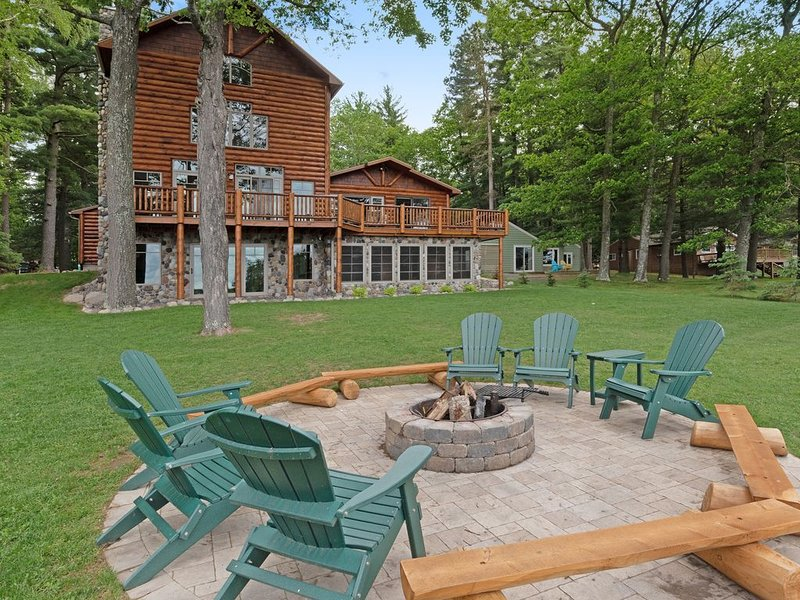 Luxurious, lakefront, cabin-style home with wet bar, dock & views, vacation rental in Eagle River