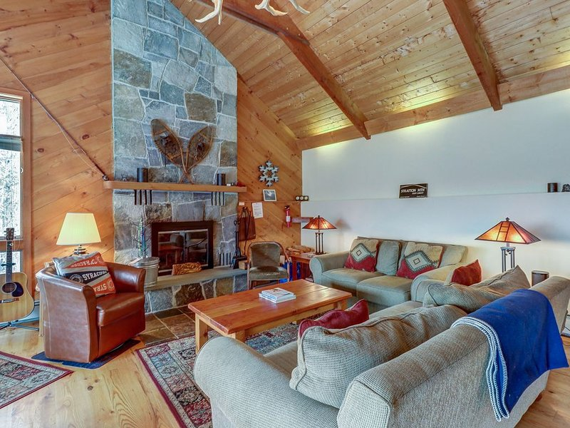 Beautiful mountain cabin w/private hot tub - near skiing, alquiler vacacional en Bondville