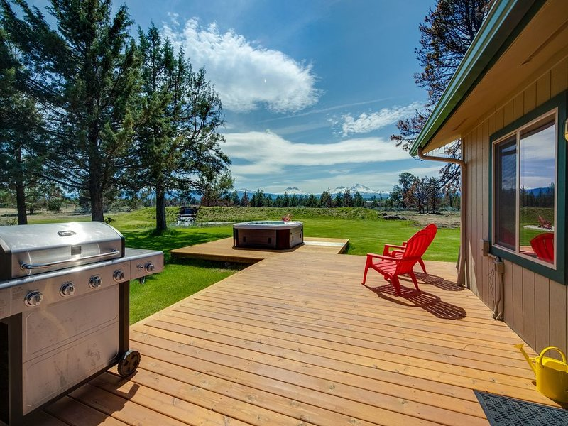 Mountain View Home w/ On-site Golf and Private Hot Tub - Near Skiing and Bend!, holiday rental in Sisters