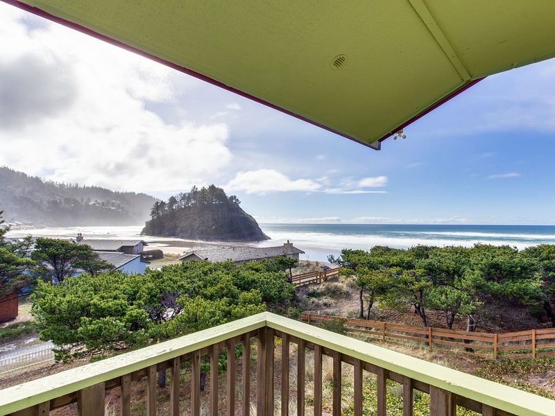 Waterfront house w/ a full kitchen, amazing coast views, & close beach access, location de vacances à Neskowin