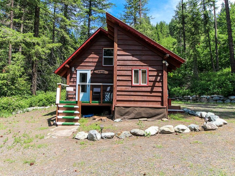 Cozy & rustic cabin in the woods - close to hiking & Leavenworth, 2 dogs OK!, vacation rental in Dryden
