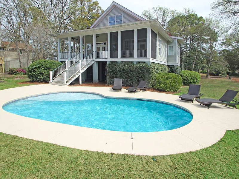 Dog-friendly vacation house with private pool & screened-in deck - walk to beach, location de vacances à Parris Island