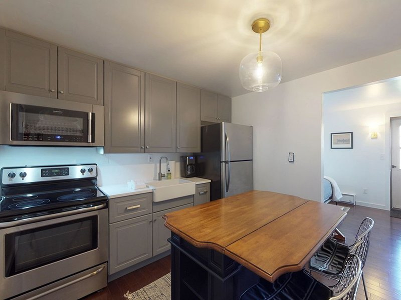 Cozy studio w/updated kitchen, walk to shopping & dining-near Okemo, vacation rental in Ludlow