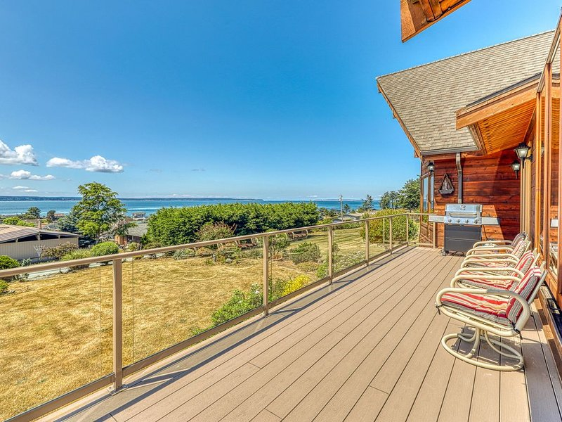 Family & dog-friendly home w/ hot tub, deck, mountain & bay views, holiday rental in Freeland