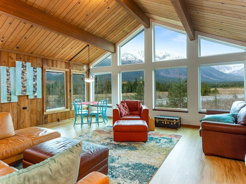 Remodeled house w/ private hot tub, gas grill, & stunning views - walk to lifts!, alquiler de vacaciones en Girdwood