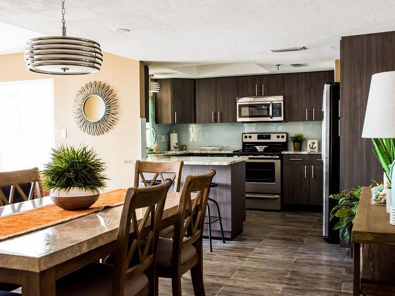 DISINFECTED CLEAN AND STUNNING RENOVATION! 402, casa vacanza a Redington Shores