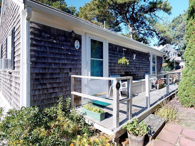 Comfy studio cottage,  walk to beach & dining -  300 yards to Nauset Beach!, location de vacances à Orleans