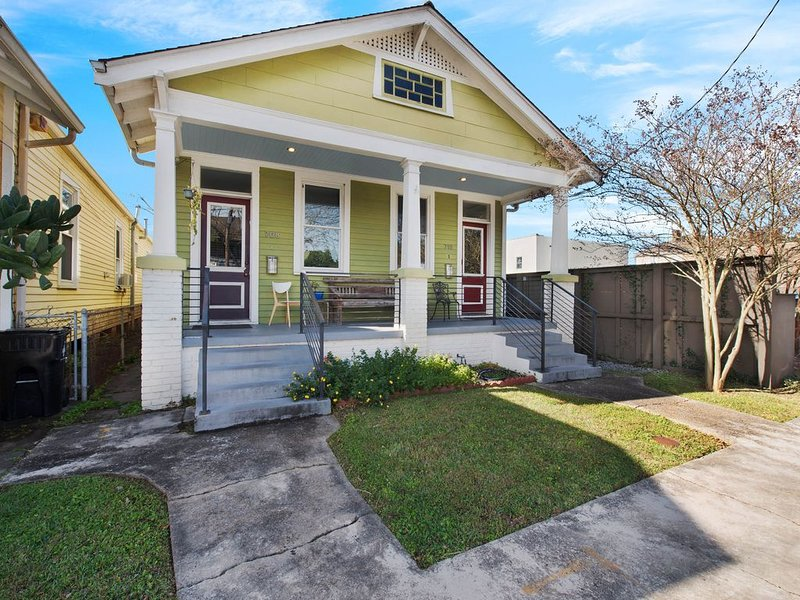 Upscale duplex only steps away from Magazine Street, kitchen, WiFi!, holiday rental in New Orleans