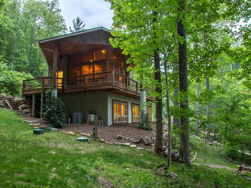 Private eco-retreat w/ screened porch & wood stove!, alquiler de vacaciones en Tuckasegee