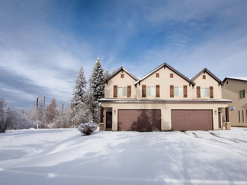 Clean Comfortable Townhome with Hot Tub Sleeps 9, holiday rental in New Meadows